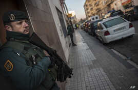 FILE - Spanish Civil Guard stand near a tea shop center (r) where they detained an unidentified man of Morocco, northern Spain, Dec.1, 2015.