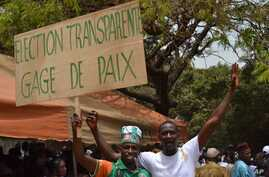"""Supporters of Guinea's opposition hold a banner reading """"Transparente Elections. Sign of Peace"""" during an opposition rally in Conakry (file)"""