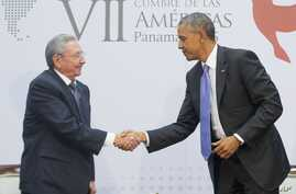 US President Barack Obama and Cuban President Raul Castro shake hands during their meeting at the Summit of the Americas in Panama City, Panama, Saturday, April 11, 2015.