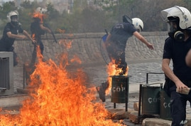 Riot police run from fire bombs thrown by protesters as they blame ruling AK Party government for mining disaster in western Turkey, Ankara, May 14, 2014.