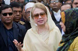 Bangladesh's former prime minister and opposition leader Khaleda Zia, center, leaves after a court appearance in Dhaka, Dec. 28, 2017.