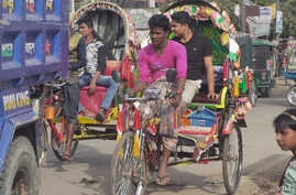 Rickshaws clog afternoon traffic in the busy border town of Teknaf, Bangledesh. (S. Sandford/VOA)