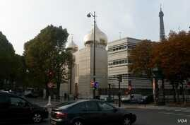 The new $187 million Russian Orthodox Spiritual and Cultural Centre in Paris, Oct. 18, 2016. (L.Bryant/VOA)