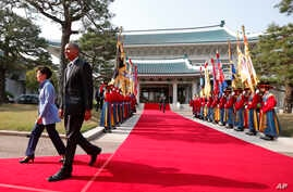 President Barack Obama is welcomed by South Korean President Park Geun-hye at the Blue House in Seoul, April 25, 2014.