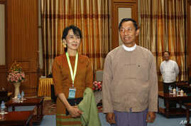 Burma's pro-democracy leader Aung San Suu Kyi (L) poses with Lower House Parliamentary Speaker Shwe Man during her visit to the parliament in the capital Naypyitaw, December 23, 2011.