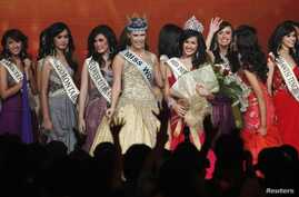 Winner of Miss Indonesia 2011 Astrid Ellena Indriana Yunadi, center right, stands with Miss World 2010, pageant final, Jakarta, June 4, 2011 (file photo).