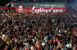 Supporters of Pakistani politician Imran Khan attend his election rally in Karachi, Pakistan, July 22, 2018.