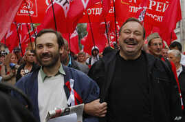 Opposition activists Gennady Gudkov, center, and Ilya Ponomarev, a lawmaker, left, march with opposition supporters heading to a protest rally in Moscow, September 15, 2012.