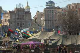 Hundreds remain encamped in central Kyiv's Maidan (Independence Square) even after the old government was ousted. (Steve Herman/VOA)
