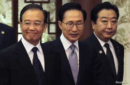 China's Premier Wen Jiabao (L), South Korea's President Lee Myung-bak (C) and Japan's Prime Minister Yoshihiko Noda arrive at a joint news conference of the fifth trilateral summit among the three nations at the Great Hall of the People in Beijing, M