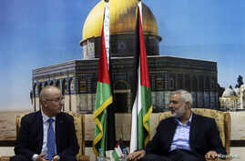 Senior Hamas leader Ismail Haniyeh (R) speaks with Palestinian Prime Minister Rami Hamdallah at Haniyeh's house in Gaza City, Oct. 9, 2014.