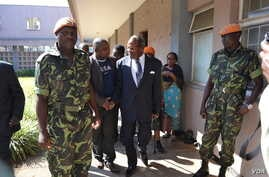 Former Malawi President Bakili Muluzi, with walking stick, is pictured at the High Court in Blantyre. (L. Masina/VOA)
