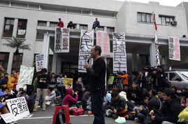 A professor speaks to students during a protest outside Taiwan's legislature in Taipei, March 20, 2014. Hundreds of protesters in Taiwan opposed to a trade pact with China which they fear gives the mainland too much economic influence and access to o