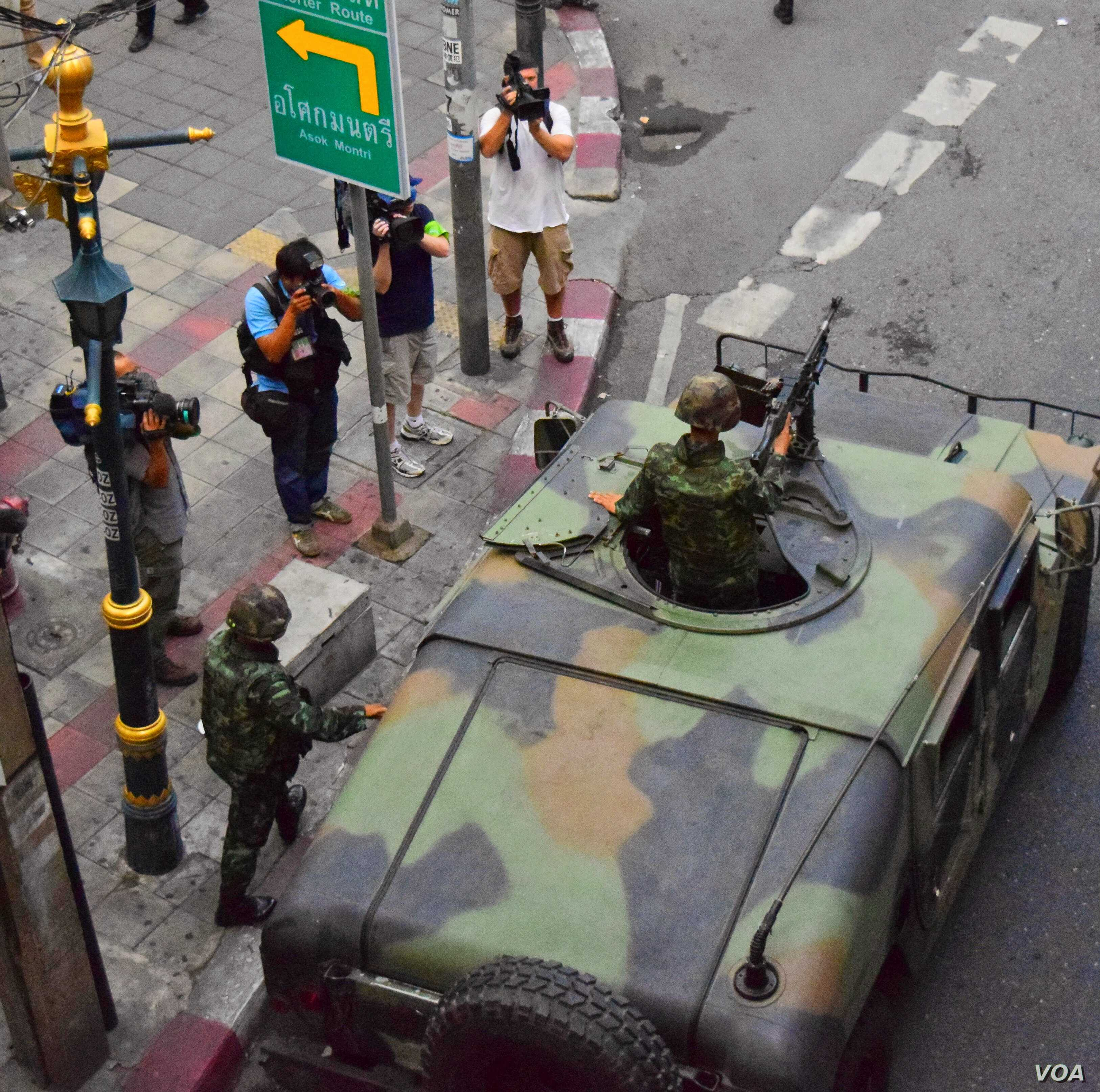 An armored vehicle rolls through the intersection adjacent to where a small anti-coup rally occurred in Bangkok, Thailand, June 1, 2014. (Steve Herman/VOA)