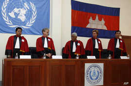 Cambodian and international judges stand during a swearing-in ceremony at a Cambodian court on the outskirts of Phnom Penh on June 13, 2007. Cambodian and international judges have agreed to the underlying rules for the special court to try former Kh