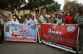 Pakistani journalists rally on the occasion of World Press Freedom Day in Karachi, Pakistan, May 3, 2018.