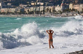 A woman goes to swim in the Mediterranean sea in Nice, southeastern France, Nov. 16, 2014. Temperatures in the French Riviera rose to 19 degrees Celsius (66 Fahrenheit).