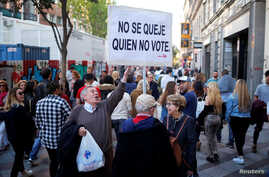"""Martin Sagrera, 83, Catalonian retiree living in Madrid, holds a sign that reads """"Don't complain if you don't vote"""" ahead of the April 28 Spanish general election, in downtown Madrid, April 27, 2019."""
