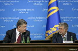 Ukrainian President Petro Poroshenko (L) talks to oligarch Ihor Kolomoisky during a presentation ceremony of a new governor of the eastern Dnipropetrovsk region in Dnipropetrovsk March 26, 2015.