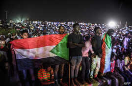 Sudanese protesters gather during a sit-in outside military headquarters after clashing with security forces in Khartoum, May 15, 2019.