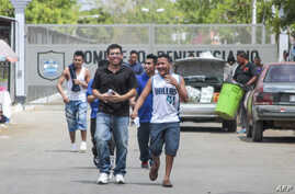 "Men walk out of La Modelo maximum security prison in Tipitapa, near Managua, April 16, 2019. The Nicaraguan government announced Tuesday that 636 ""common"" prisoners will be released and placed under house arrest for Holy Week festivities."