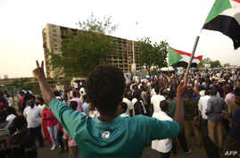 Sudanese protesters rally outside the army headquarters in Khartoum, May 4, 2019, to demand that the ruling military council hand power to a civilian administration.