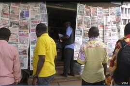 People read newspapers at stands in Yaounde, Cameroon. May 2, 2019 ( M.Kindzeka/VOA)