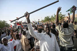 Sudanese protesters arrive to join the sit-in outside the army headquarters in the capital Khartoum, April 27, 2019.