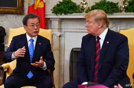 South Korean President Moon Jae-in, left, confers with U.S. President Donald Trump in the Oval Office at the White House in Washington, April 11, 2019.