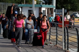 Migrants make their way to US-Mexico border to request asylum