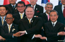 US Secretary of State Mike Pompeo crosses his arms for the traditional 'ASEAN handshake' with Chinese FM Wang Yi and fellow diplomats, during the 26th ASEAN Regional Forum (ARF), Bangkok, Thailand, Aug. 2, 2019.