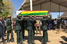 Soldiers carry a coffin with the body of former Zimbabwean president Robert Mugabe before his burial in Zvimba, Zimbabwe, Sept. 28, 2019. (C. Mavhunga/VOA)