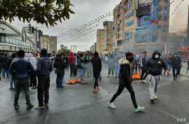 Iranian anti-government protesters block a road in the capital, Tehran, on Nov. 17, 2019 in this image verified by VOA Persian and sent from Iran. (Courtesy)