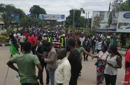Protesters march toward the Malawi Electoral Commission office in Blantyre, Malawi, Feb. 13, 2020, intending to shutter the entrance gate. (Lameck Masina/VOA)