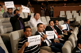 Yemeni journalists hold placards to support their colleagues jailed in Shiite Huthi rebels prisons in Yemen during a press…