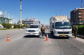 Checkpoints stop drivers without explicit permission to be on the roads, in Erbil, Iraq, April 7, 2020. (Halan Akoiy/VOA)