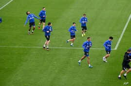 US national player Weston McKennie, second from left, exercises with his Bundesliga team of soccer club FC Schalke 04 during a training session in Gelsenkirchen, Germany, April 29, 2020.