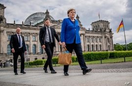 Chancellor Angela Merkel (CDU) walks to the Chancellery on foot, accompanied by her bodyguards, after the government…