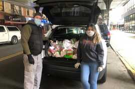 Chris Porr and his wife making food deliveries in Jackson Heights, Queens, New York. (Photo by New York Cares)
