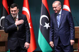 Turkish President Recep Tayyip Erdogan, right, and Libyan Prime Minister Fayez al-Sarraj hold a joint press conference at the…
