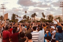 Crowds grew larger in early evening in Tripoli, Libya on Aug. 23, 2020.  (VOA/Salaheddin Almorjini)