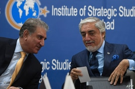 Chairman of the High Council for National Reconciliation of Afghanistan Abdullah Abdullah (R) and Pakistan's Foreign Minister Shah Mahmood Qureshi chat at an event at the Institute of Strategic Studies, in Islamabad, Pakistan, Sept. 29, 2020.