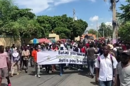 Hundreds of university students fill the streets of Port-au-Prince, Haiti, Oct. 9, 2020. (Photo: Matiado Vilme / VOA)
