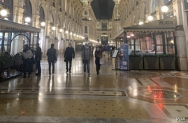 Galleria Vittorio Emanuele is seen in Milan, with people wearing mandatory protective masks. (Sabina Castelfranco/VOA)