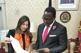 Malawi's President Lazarus Chakwera (right) is presented with a letter of protest by Palestinian envoy Hanan Jarrar in the capital Lilongwe, Nov. 5, 2020. (Photo courtesy of Malawi Insititute of Journalism)