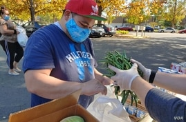 In Alexandria, Virginia, a local church group supplies fresh vegetables to a mostly Hispanic neighborhood where many people have lost their jobs during the pandemic. (Deborah Block/VOA)