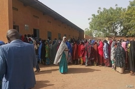 Women lined up to cast their votes in Agadez