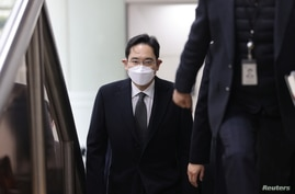 Samsung Group heir Jay Y. Lee arrives at a court in Seoul, South Korea, January 18, 2021.   Yonhap via REUTERS   ATTENTION…