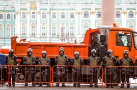Russian Rosguardia (National Guard) soldiers stand blocking enter to the Palace Square a day before Sunday's protest in St…