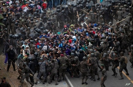 Honduran migrants clash with Guatemalan soldiers in Vado Hondo, Guatemala.